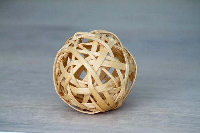 Sphère balle en éclisses de viorne.